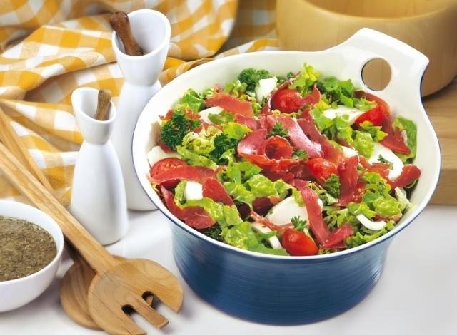 Зелена салата с пастърма, чери домати и моцарела  Image 0