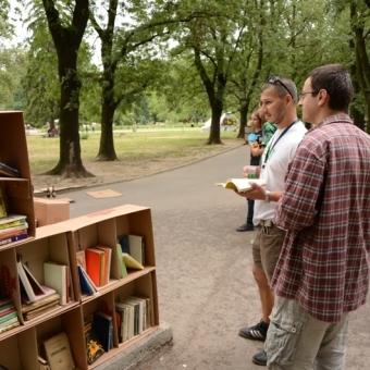 """Авангардни рафтове за книги от кашони на """"Европейска алея на културата"""" Thumbnail Image"""