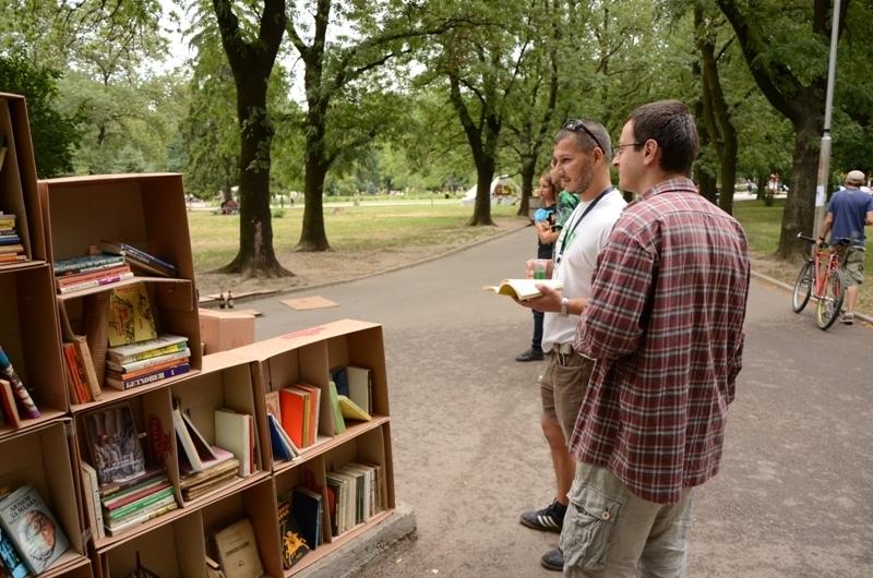 """Авангардни рафтове за книги от кашони на """"Европейска алея на културата"""" Image 0"""
