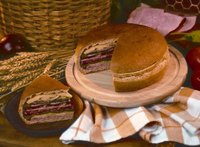 Пикник Хляб с шунка и луканков салам Image 0