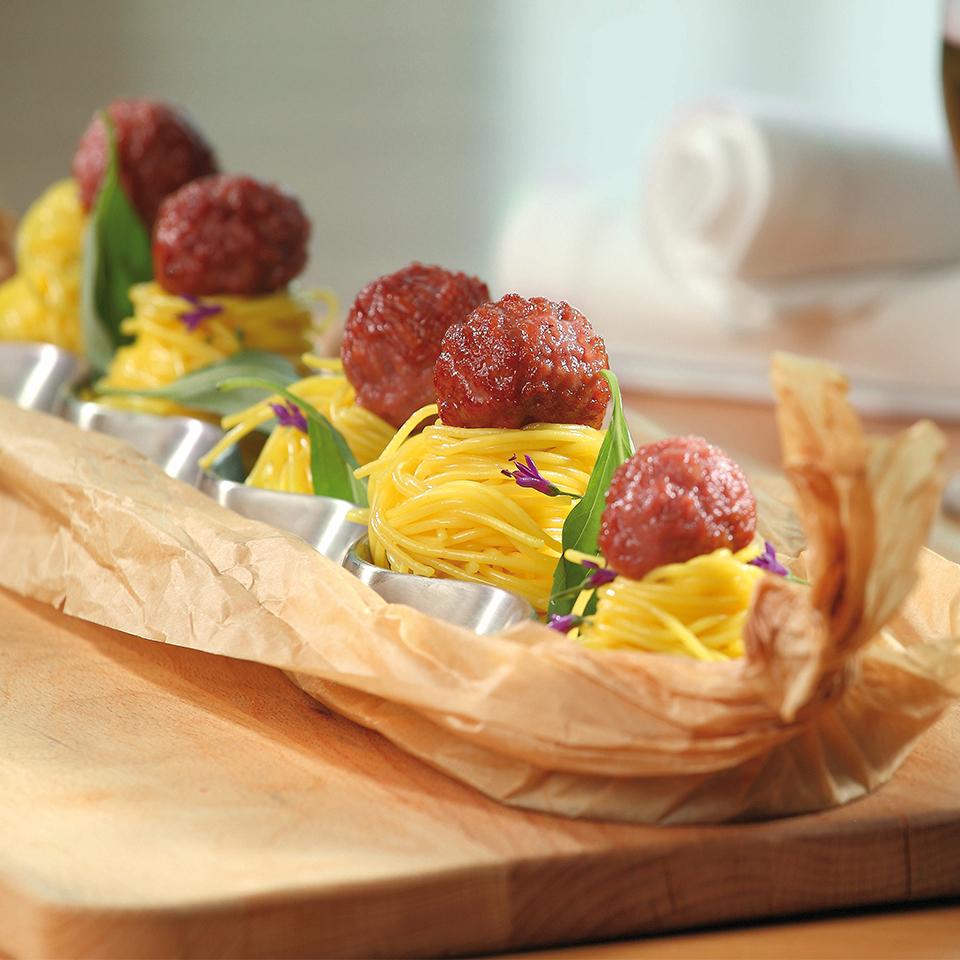 """Кюфтенца """"Тандем"""" с бекон и спагети върху доматен сос Image 0"""
