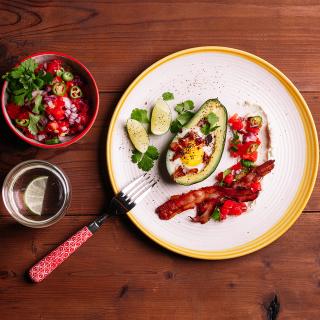 Кето рецепта за печени яйца в авокадо с хрупкав бекон Via Nаtura Thumbnail Image